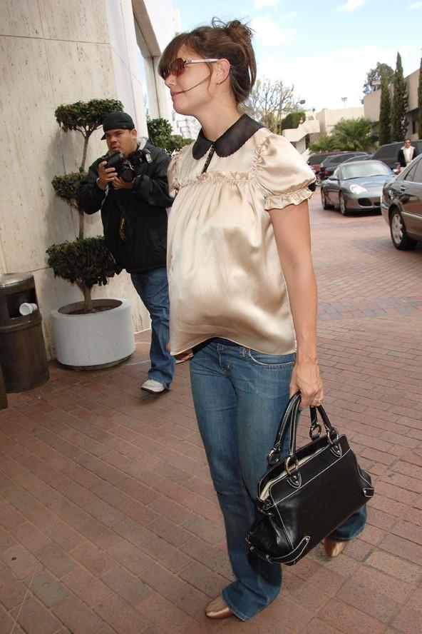 2006 yılında kızı Suri'ye hamileyken bile Katie Holmes ayrıntılara oldukça dikkat etmiş. Saten bluzunun rengi ayakkabılarıyla neredeyse aynı tonda, bluzunun yakası da el çantasıyla uyum sağlamış.