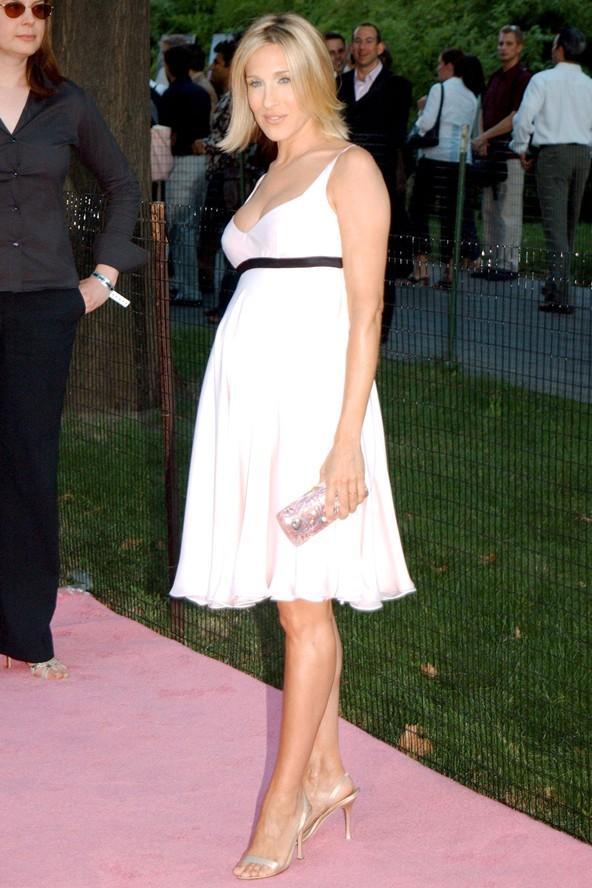 Sarah Jessica Parker, 2002 yılında çektirdiği bu fotoğrafında ne kadar da şık görünüyor değil mi? Üzerindeki sıradan, bol kesimli bir kokteyl elbisesi.