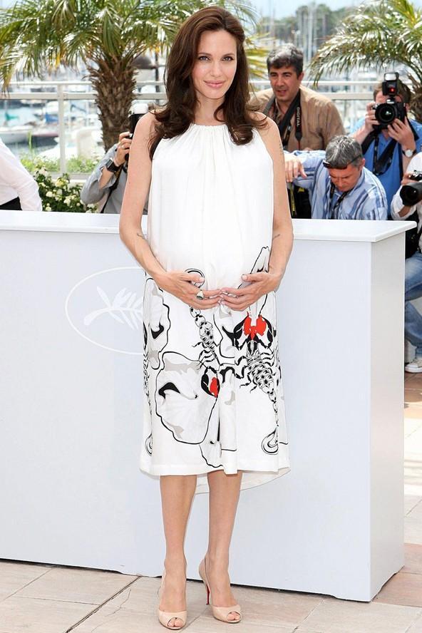 Angelina Jolie'nin 2008 yılında Kugn-Fu panda'nın fotoğraf çekimi için Cannes'da giydiği bu boyundan bağlı beyaz elbise de çok şık.