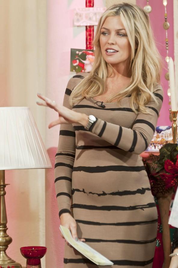 Abbey Clancy yeni yeni büyüyen karnını enine çizgili bu dar elbiseyle ortaya çıkarmış.