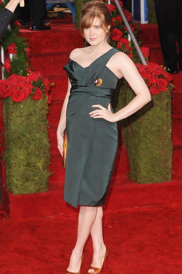 Amy Adamd 2010 Grammy Ödül Töreni'nde giydiği bu elbisesiyle harika görünüyor. Güzel yıldız büyüyen göbeğini origami desenleriyle orantılamaya çalışmış.
