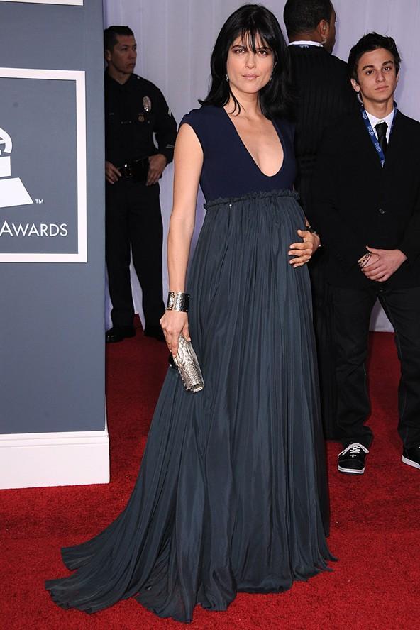 Selma Blair'in Grammy ödül töreninde giydiği bu gösterişsiz ve uzun elbise, bizden tam not almayı başarıyor. Selma Blair bize şu mesajı vermeye çalışıyor gibi değil mi: ABARTMAYIN!
