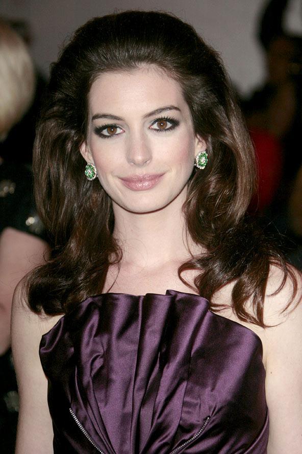 İşte Anne Hathaway,  işte Retro stili. Cesur, cüretkar ve güzel...