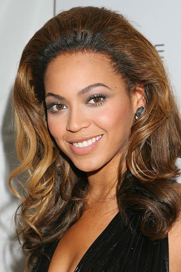 Beyoncé, sezonun trend rengi olan kahve tonlarına uyguladığı kabarık saçlarıyla zarfi bir görüntü sergiliyor.