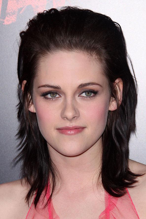 Gönülsüz stil ikonu Kristen Stewart extra hacimli saçlarıyla farklı olmuş.