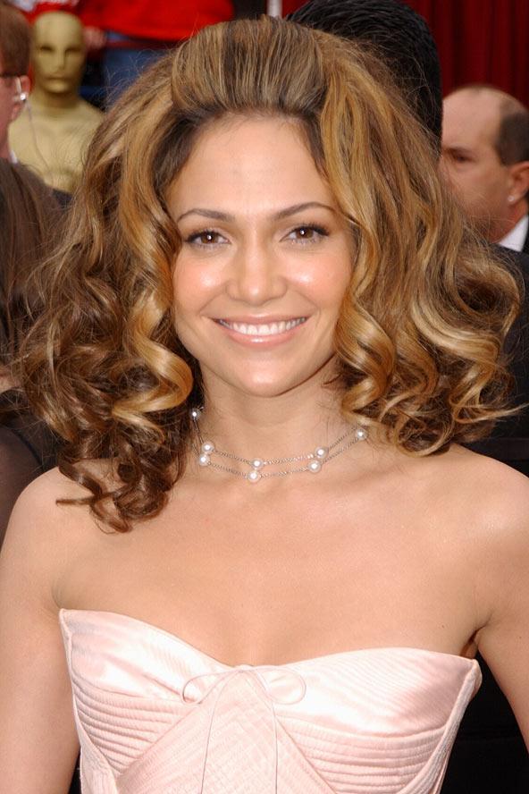 Jennifer Lopez, kabarık saçları ile sempatik görünüyor.