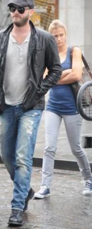 Yakışıklı aktör kimi zaman ablasıyla birlikte görüntüleniyor.