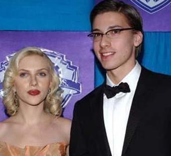 Hunter Johannson, Scarlett Johansson'un ikiz kardeşi.