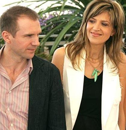 Ralph Fiennes'in kızkardeşi Martha.