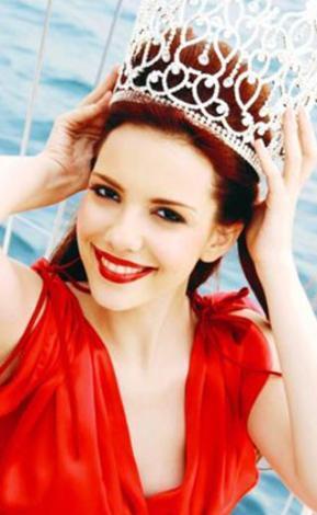 2006 yılında Miss Model Of Turkey yarışmasında Türkiye'nin en iyi modeli seçildi ve Miss Bikini Of The Universe yarışmasında Çin Halk Cumhuriyeti'nde ülkemizi temsil etti.