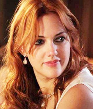 Uzun boyu, kızıl saçları ve renkli gözleriyle dikkat çeken yıldız Drew Barrymore'a benzetiliyor.