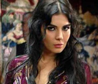 2001'de Miss Turkey yarışmasında ikinci, Miss Europe yarışmasında üçüncü olunca mankenliğe başladı.