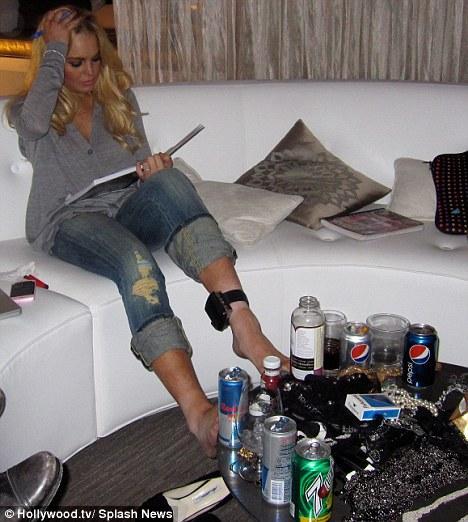 Kariyerinden çok karıştığı olaylarla anılan Amerikalı oyuncu Lindsay Lohan'ın ayak bileğinde artık bir kelepçe var.