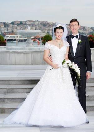 ARALARINDA 16 YAŞ FARK VAR  Ünlü oyuncu Şahnaz Çakıralp, tıp dünyasında Oscar'lı göz cerrahı olarak tanınan Prof. Dr. Murat Öncel ile dünyaevine girdi.