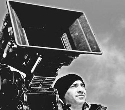 """Ama daha sonra gönlünü Nefes filmiyle tanınan yönetmen Levent Semerci'ye kaptırdı.   1973 doğumlu sevgilisiyle arasındaki yaş farkını önemsemeyen Saat geçtiğimiz günlerde de ayrıldıkları yönünde çıkan haberlere """"Ben Levent'e aşığım"""" diye yanıt verdi."""