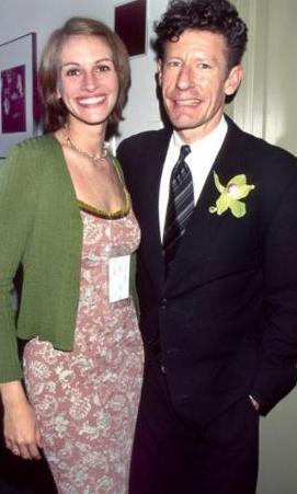 EVLİLİK İKİ YIL SÜRDÜ  Roberts, 1993 yılında henüz 26 yaşındayken kendisinden 10 yaş büyük müzisyen Lyle Lovett ile evlendi.