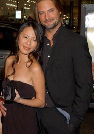 Bir barda kendisini beğenip çıkma teklif eden Yessica Kumala ile 2004 yılından bu yana evli..Çiftin bir de çocukları var.