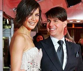 EŞİ KENDİSİNDEN HEM GENÇ HEM UZUN  Ünlü çift Tom Cruise ile Katie Holmes arasında da hem boy hem yaş farkı var. Tom Cruise 1.70 cm boyunda eşi Katie Hommes'un boyu ise 1.80 cm.