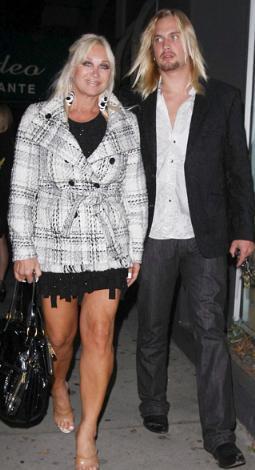 OĞLUNUN ARKADAŞIYLA AŞK YAŞADI  Hulk Hogan'ın boşandığı eşi Linda Hogan, oğlu yaşındaki sevgilisiyle kameraların önünde boygösterdi uzun süre.