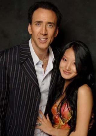 EŞİNDEN 20 YAŞ GENÇ  Ünlü aktör Nicholas Cage de kendisinden genç üçüncü eşiyle evliliğini sürdürüyor.