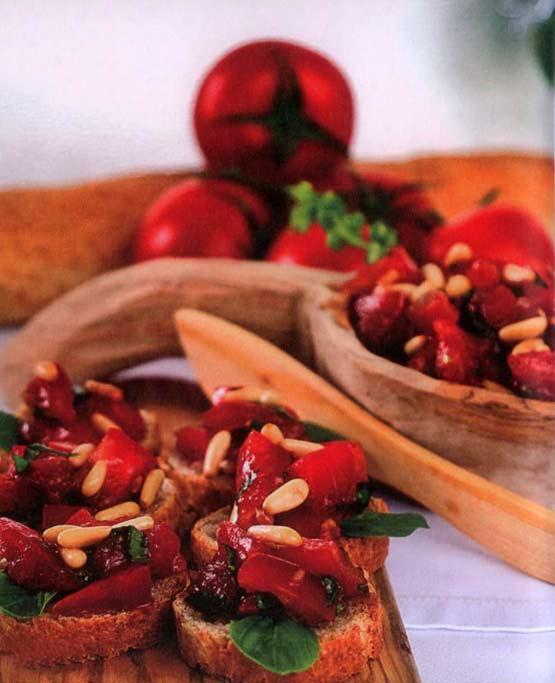 Yapılışı Domatesleri ikiye kesin, çekirdekleri çıkartın, ufak küp şeklinde doğrayın. İnce kıyılmış fesleğen ve ezilmiş sarımsak ilave edin. Dolmalık fıstıkları az zeytinyağında pembeleştirin ve domateslere ilave edin. Zeytinyağı, balsamik sirke, tuz ve karabiber ile hazırladığınız sosu, domatesler ile karıştırın. Baget ekmek veya kıtırlar ile servis edin.   TARİF: Elif Edes Tapan / Yeni Evliler için Misafir Sofraları kitabından