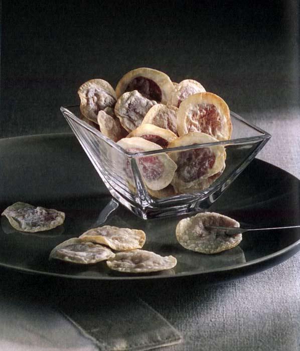 SUCUKLU YUFKA  Malzemeler • 2 adet yufka • Yarım kangal sucuk • 1 çay bardağı zeytinyağı  Yapılışı Bir tezgahın üzerine bir yufkayı serin, üzerine zeytinyağı gezdirin. Halka halka kesilmiş sucukları yufkanın üstüne yerleştirin. Diğer yufkayı üzerine serin. Çay bardağının ağzıyla sucukları ortalayarak yuvarlak parçalar kesin, yuvarlak yufkaların kenarlarını hafifçe bastırın. Yağlanmış fırın tepsisine yerleştirin. Üzerlerine fırça yardımı ile zeytinyağı sürün ve 200 derecede ısıtılmış fırında pişirin.  TARİF: Tülin Doğruer / Hayat Dolu Sofralar kitabından