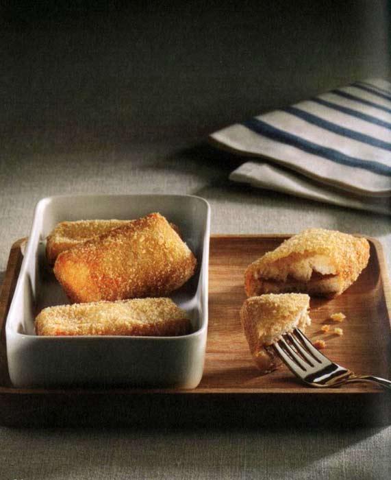 SÜRPRİZ LOKMALAR  Malzemeler • 6 dilim tost ekmeği • 10 adet mantar • 6 dilim jambon • 150 gr. peynir (kaşar, dil, çedar veya beyaz)  • 25 gr. margarin veya tereyağı • 2 adet yumurta • Tuz, karabiber • Zeytinyağı • Galeta unu • Kızartmak için sıvı yağ  Yapılışı Mantarları temizleyin ve bir kaşık zeytinyağı ile soteleyin. Bu karışıma jambonları, peynirleri, tuzu, karabiberi ve margarini ekleyerek blender'dan geçirin. İçine iki yumurtanın akını ilave edin ve karıştırın. Altı dilim tost ekmeğinin üzerine de bu mantarlı karışımdan sürün. Üç tost ekmeğinin üzerine diğer üç dilim tost ekmeğini kapatın. (Mantarlı karışımdan sürülmemiş olan tarafı dış kısımda kalacak şekilde) Hazırladığınız üç adet tostu ortalarından ikiye bölerek toplam altı adet ekmekçik elde edin. Bu ekmekçikleri önce yumurta şansına, ardından galeta ununa bulayın. Sıvı yağda her iki tarafını kızartın.   TARİF: Tülin Doğruer / Hayat Dolu Sofralar kitabından