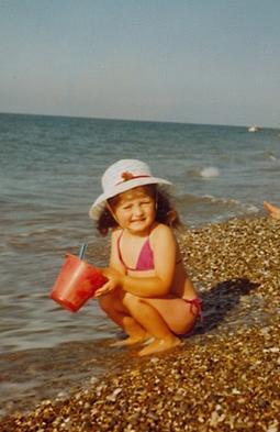 O küçük kız Yaprak Dökümü dizisinin Ferhunde'si Deniz Çakır.