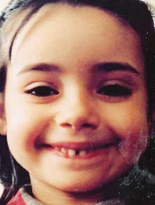 Bu sevimli küçük kız artık 30'lu yaşlarında ama hala çocukluğundaki gibi görünüyor.