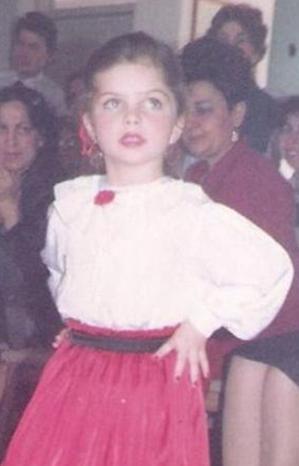 Bu küçük kız da ilk bakışta tanınacak ünlülerden biri ...