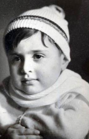 Bu ciddi bakışlı küçük çocuk günümüzün en ünlü aktörlerinden biri...