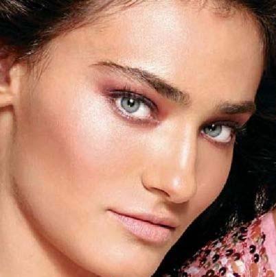 Saadet Işıl Aksoy'un gözleri mavi- yeşil.