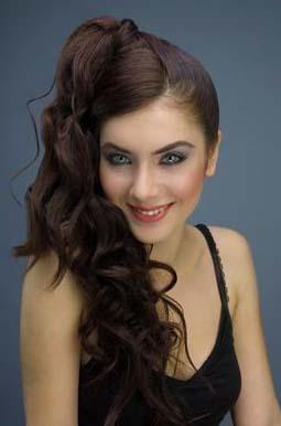 Fulya Zenginer, iri mavi gözleriyle tanınıyor.
