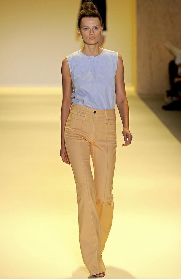 İspanyol paça pantolonunuzun ille de jean olmasına gerek yok. Yazın en serin materyalleri de bu modelde harika görünüyor. Bu hardal rengi pantolon ADAM'ın 2011 İlkbahar - Yaz sezonundan.