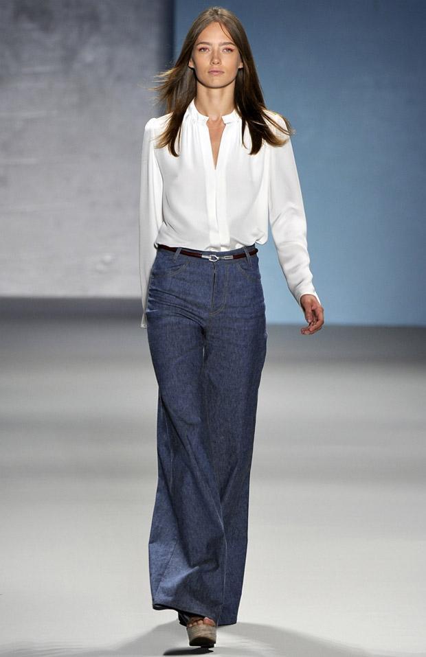 2011 İlkbahar - Yaz podyumlarından bir görüntü. Bu pantolonun tasarımcısı ise Derek Lam.