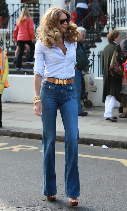 Elle McPherson'ın bu fotoğrafını gördüğümden beri mutlaka buna benzer bir pantolon alma fikrini kafamdan atamıyorum. Sezonun en hit trendlerini bir arada kullanmış ve 70'lere, özellikle de Farah Fawcett'a mükemmel bir selam çakmış.