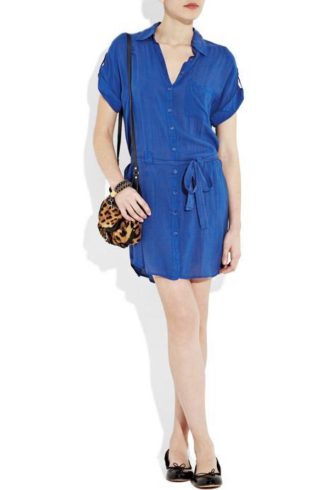 3.ABARTI SÜSLEMELERDEN KAÇININ Modern olmayan bir şey varsa, o da basitliktir Fazlasıyla seksi veya detayların içinde boğulan parçaların modası artık geçti. Ayrıca eğer 'trendy' bir kıyafet deniyorsanız, onu mutlaka basit bir parçayla birlikte giymeyi tercih edin. Mesela basit bir tişört elbisenin altına giyilen 'cool' sandaletler, gerçekten stil sahibi görünmenizi sağlayacaktır.