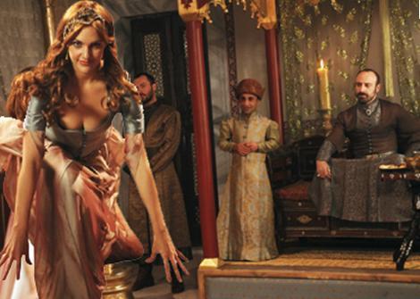 Dizide Hürrem Sultan'ı canlandıran Meryem Uzerli de Kanuni'yi oynayan Halit Ergenç de özel hazırlanan kostümlerle kamera karşısına geçiyor.