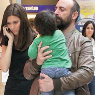 Eşi Bergüzar Korel ve oğlu Ali'nin bir dediğini iki etmiyor Ergenç.