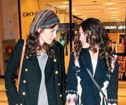 Aysan ve Ergeç, günümüz modasına uygun tarzda elbiseler giyiyor.