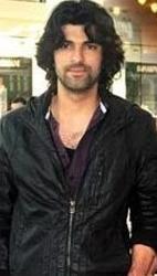 Saat'in dizideki rol arkadaşı Engin Akyürek'in kamera önündeki ve dışındaki görüntüsü arasında fazla bir fark yok.