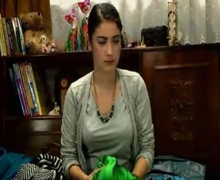 Hazal Kaya, Adını Feriha Koydum dizisinde bir kapıcı ailesinin kızını oynuyor.
