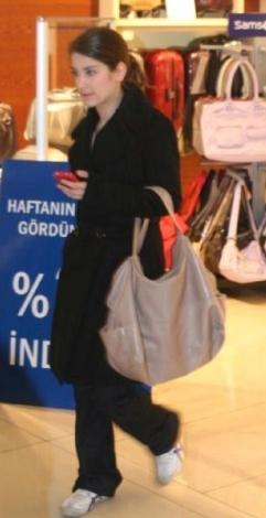 Genç oyuncu kimi zaman alışveriş merkezlerinde görüntüleniyor.