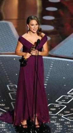 Natalie Portman Oscar törenine hem sadece kazandığı ödülle değil şıklığıyla da damga vurmuştu.