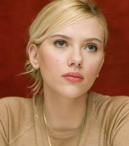 Scarlett Johansson sarışın ve mavi gözlü.. İlk bakışta annesine pek benzemiyor gibi görünüyor.