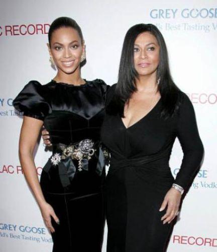 Ünlü şarkıcı Beyonce'nin bir çok sahne kostümünü annesi Tina tasarlıyor.