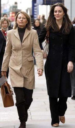 Evlendikten sonra Düşes unvanını alan Kate Middleton annesinden biraz daha uzun boylu ama yüz hatları ve fizik yapısı annesinin kopyası gibi.