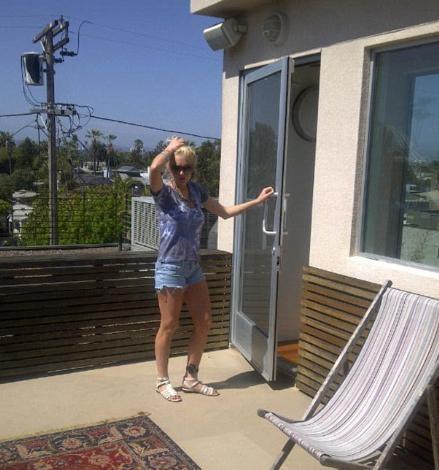 Hollywood'un yaramaz kızı Lindsay Lohan, hırsızlıktan aldığı mahkumiyeti elektronik kelepçe takarak ev hapsinde geçiriyor.