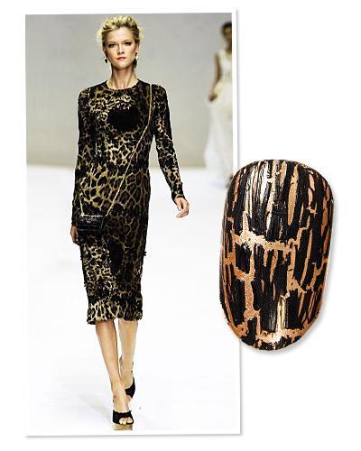 Trend: Leopar desen  Leopar çizgileri modadan sonra tırnaklarda da etkisini gösteriyor. Dolce&Gabbana tasarımcıları da hayvanlardan ilham alıyor. Biz de tırnaklara leopar etkisini sıcak altın tonu üzerine siyah çizgilerle verdik.