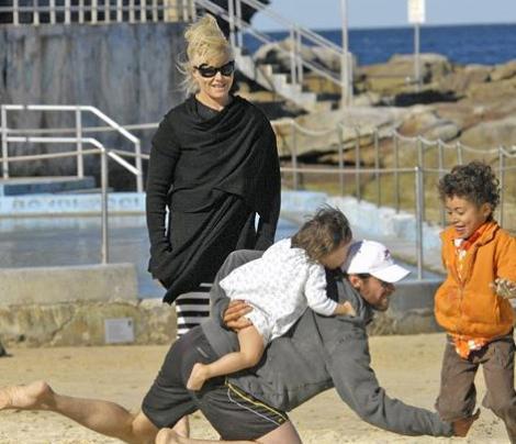 Ünlü aktör kimi zaman çocuklarının gönlünü yapmak için onları sırtında bile taşıyor.